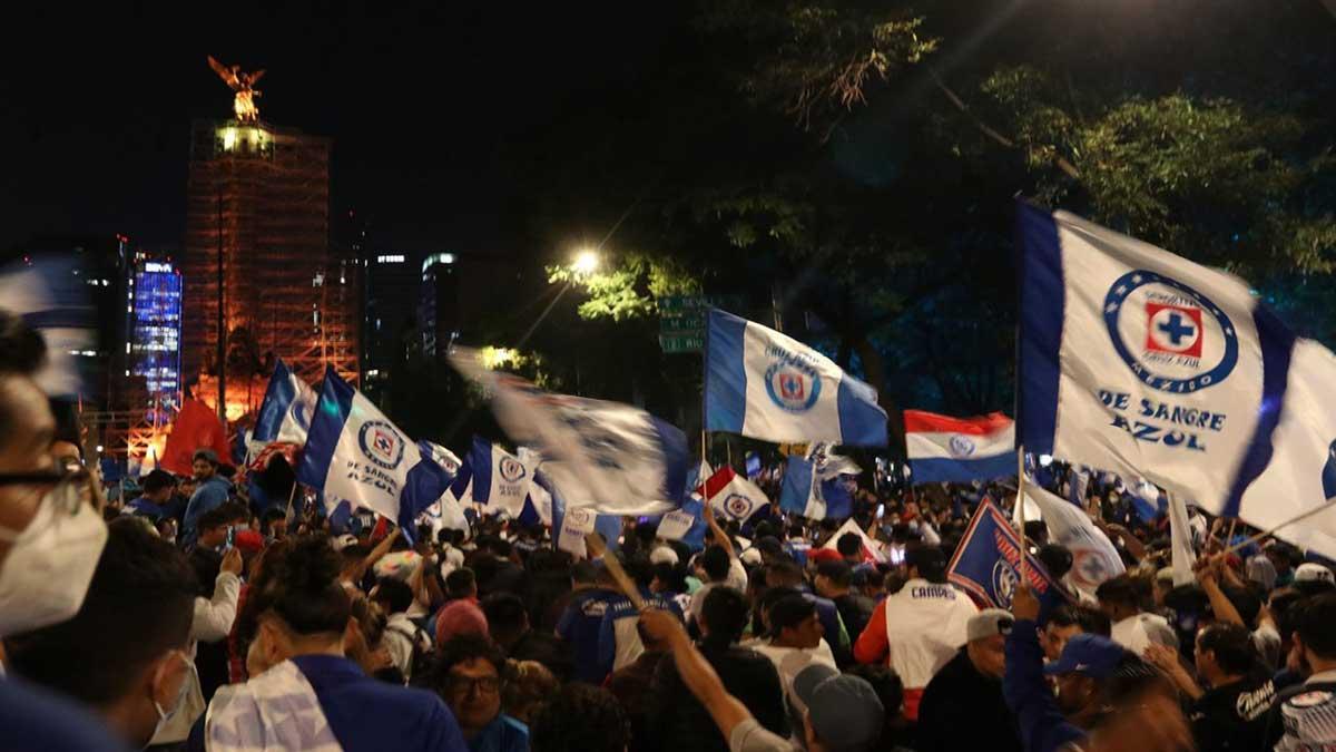 Cruz Azul campeón de la Liga MX: aficionado cae de una estructura de dos metros