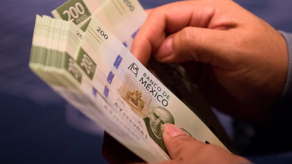 EU: pequeño encontró casi 100 mil pesos lavando el carro de su papá