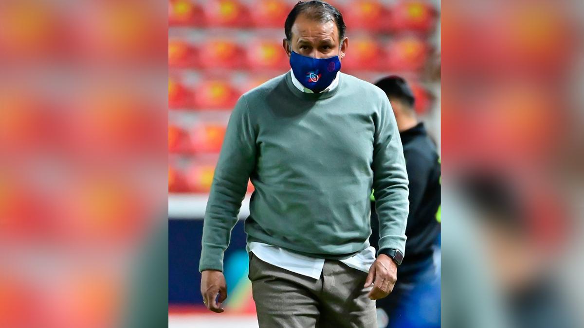 Juan Reynoso regala medalla de campeón del Cruz Azul a Enrique 'Ojitos' Meza