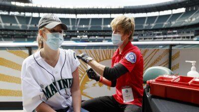 Estados Unidos: ofrecen cerveza, flores y dinero, por vacunarse contra COVID-19