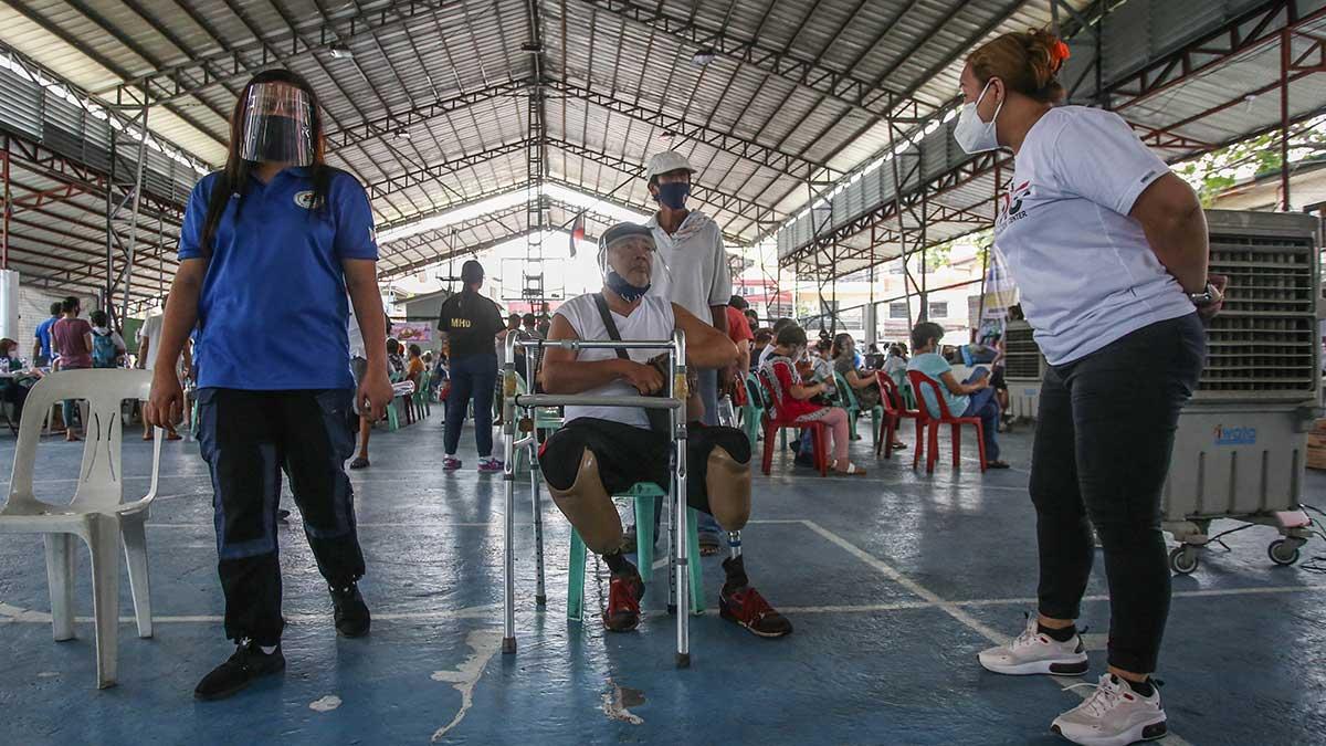 Los policías de Filipinas se mostrarán intratables con las personas que llevan mal el cubrebocas. Foto: AFP