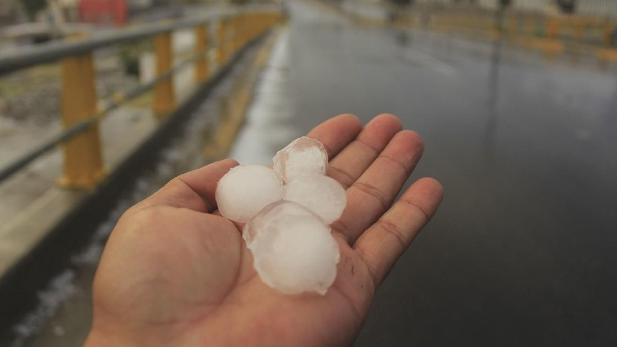 En Veracruz, intensas lluvias dejan enormes bolas de granizo