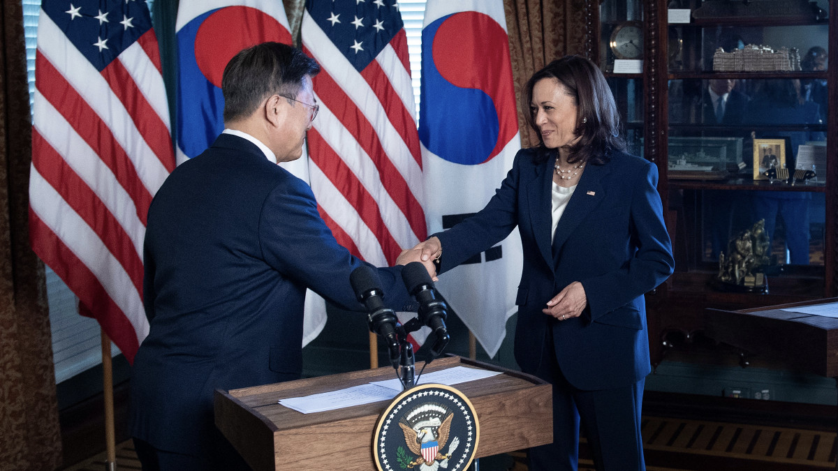 Critican a Kamala Harris por limpiarse tras estrechar la mano a presidente de Corea del Sur