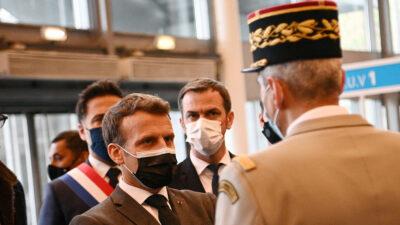 En Francia, militares advierten a Macron sobre la supervivencia del país