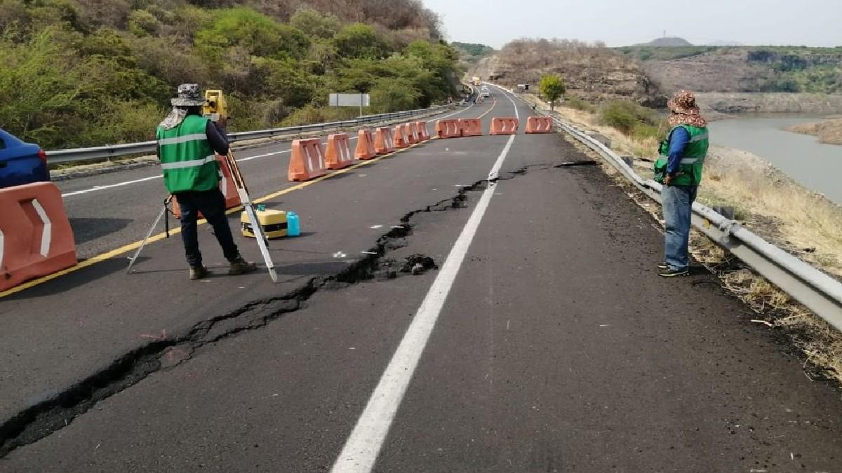 Michoacán: Por mega grieta, hay cierre parcial en la Autopista Siglo XXI