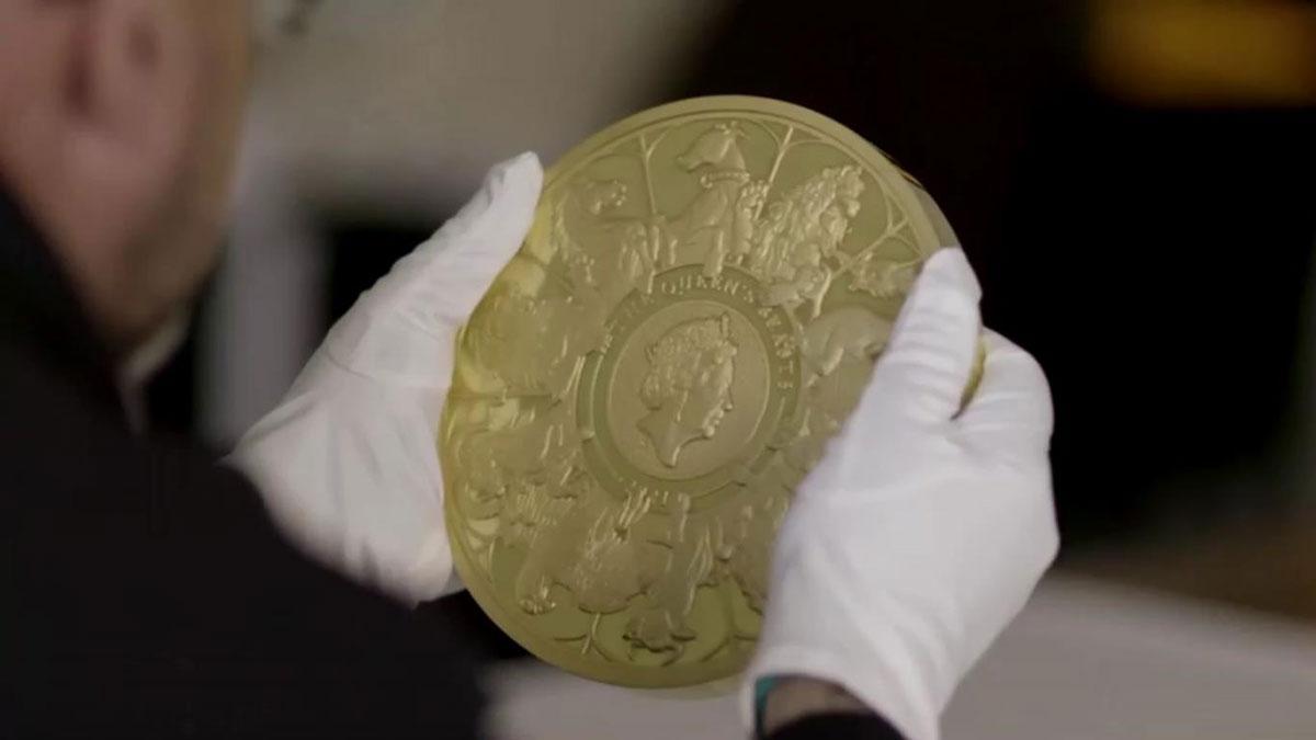 Presentan la moneda más grande del Reino Unido en honor a la Reina Isabel II