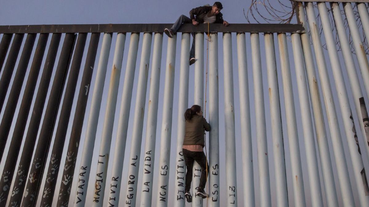 Mujer embarazada sube muro entre México-EU y no puede bajar