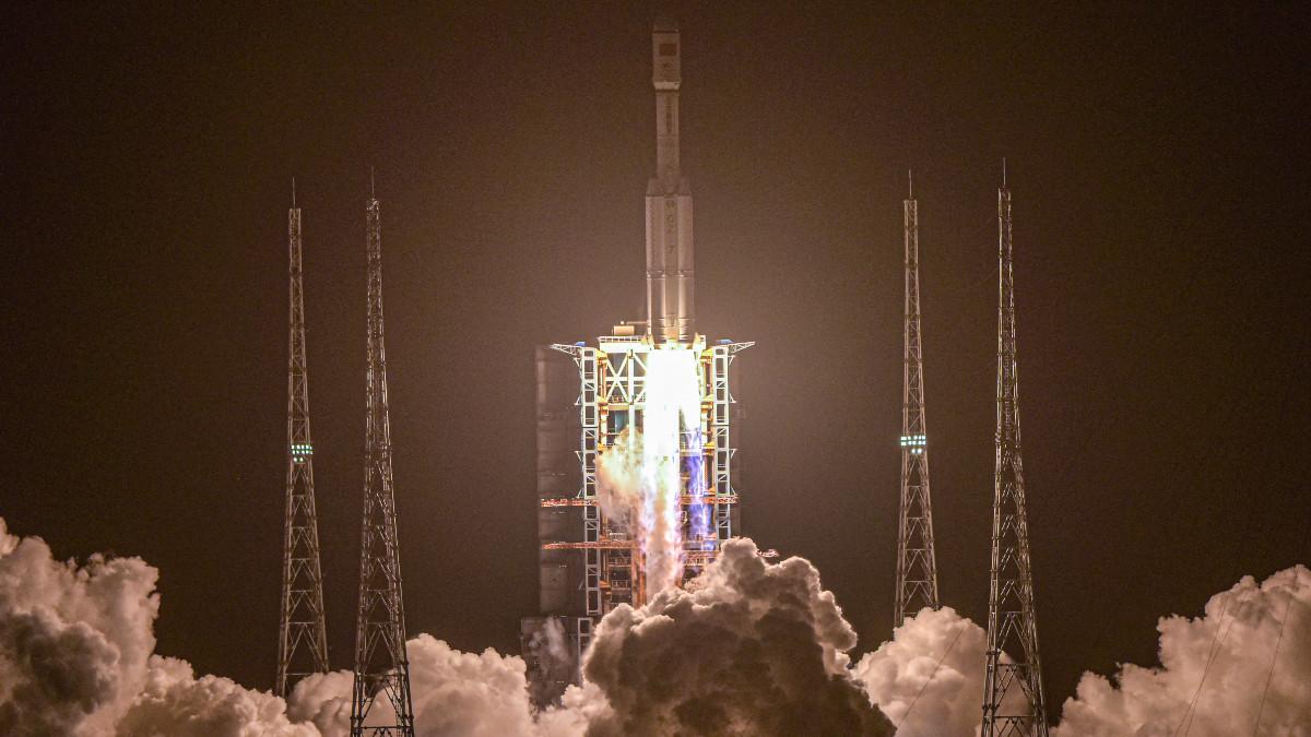 Nave de carga Tianzhou-2 se acopla con éxito a futura estación espacial china