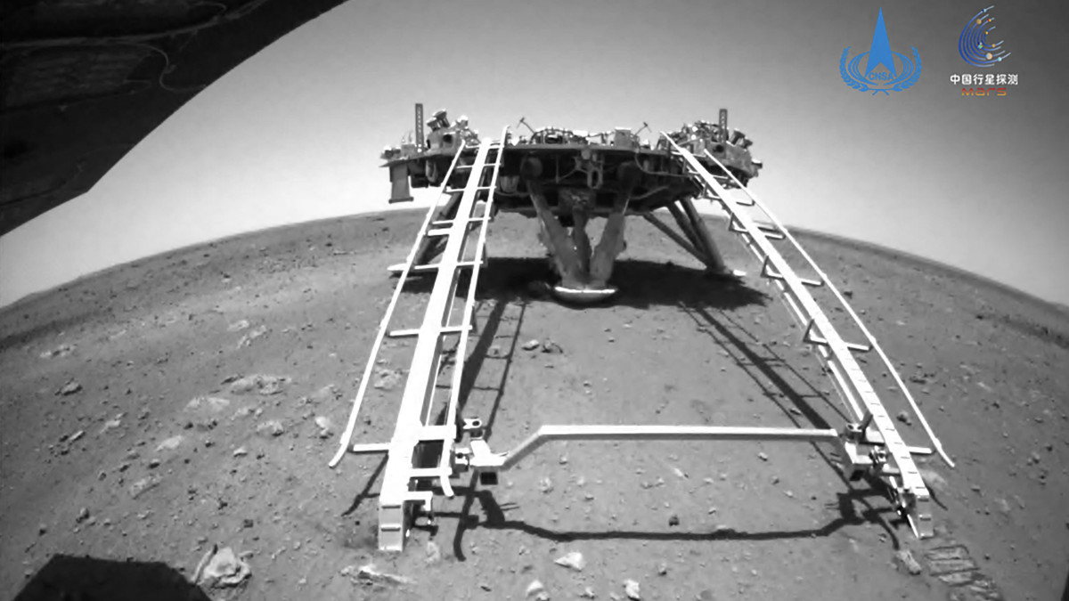 Rover de China recorre por primera vez superficie de Marte