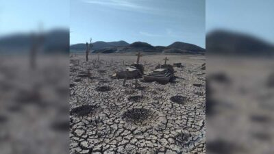 Sinaloa: Panteón en presa de Bacurato queda al descubierto por sequía