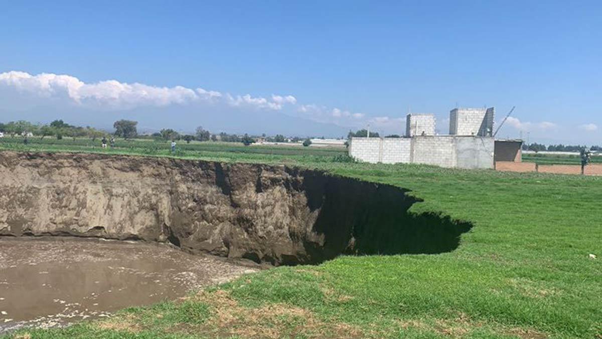 Puebla: se forma socavón gigante en Juan C. Bonilla