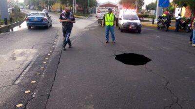 CDMX: Socavón obliga al cierre de carril en Eje 1 Norte