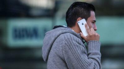 Te lanzan agua: youtuber muestra cómo roban celulares en CDMX