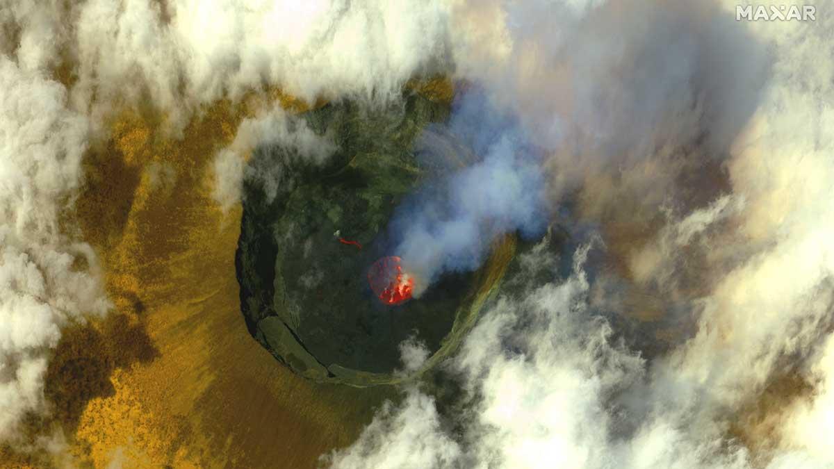Una erupción límnica surge desde las aguas profundas de un lago rico en gas. Foto: AFP / Satellite image ©2021 Maxar Technologies