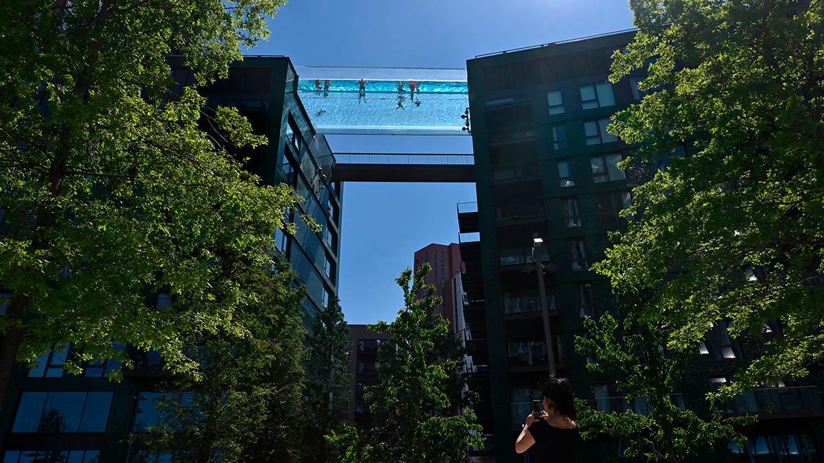Londres: alberca se sostiene de dos edificios a 30 metros de altura