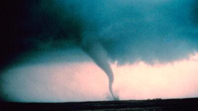España: tornado sorprende al conectarse con una nube