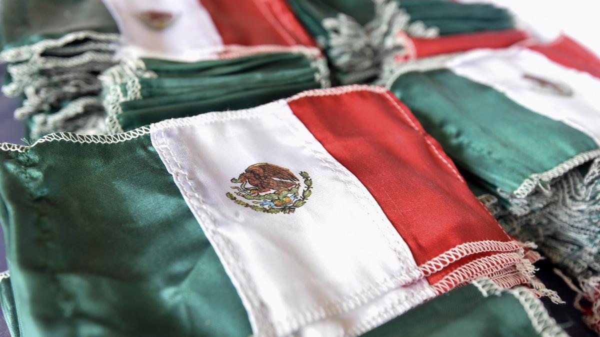 Niegan diploma a alumno por portar bandera de México en Estados Unidos