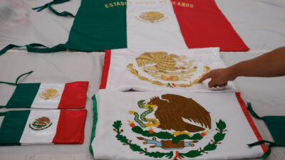 En EU, retiran a estudiante de ceremonia de graduación por portar bandera de México