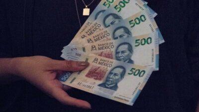 CDMX: policía halla fajo de billetes de 500 pesos en un baño