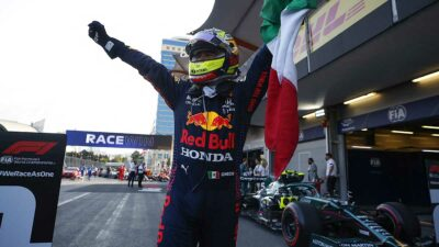"""""""Checo"""" Pérez es felicitado tras victoria del GP de Azerbaiyán"""