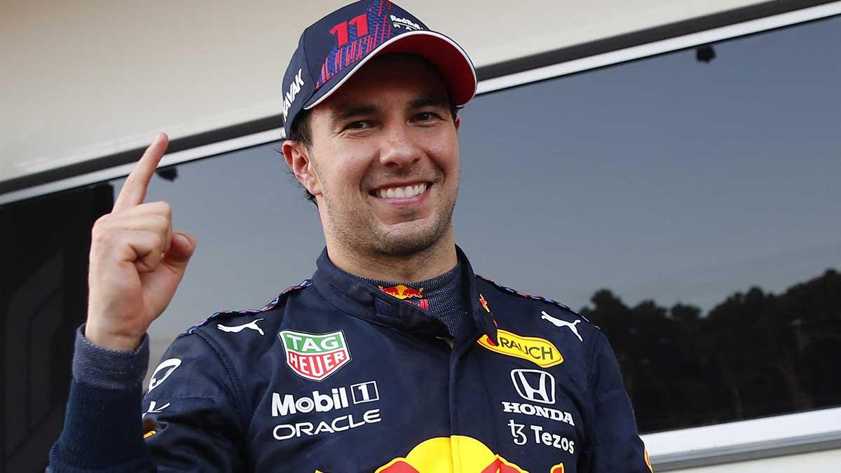 Checo Pérez recalcó que su coequipero Max Verstappen merecía ganar. Foto: AFP