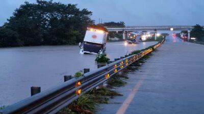 Veracruz: Cierran autopista La Tinaja-Cosoleacaque por río desbordado
