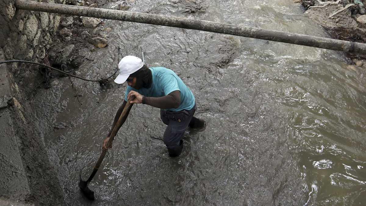 Coladera succiona a dos personas en Chiapas; uno de los cuerpos es localizado