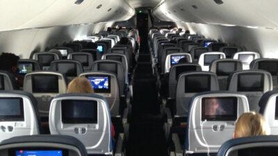 Pasajero intenta entrar a cabina de un avión en pleno vuelo