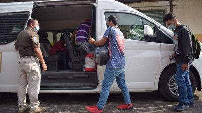 Detectan a 33 migrantes hacinados en camioneta