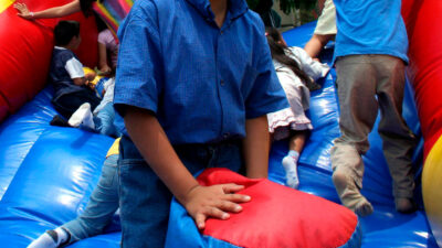 Rusia: accidente de juego inflable deja dos niñas con heridas graves