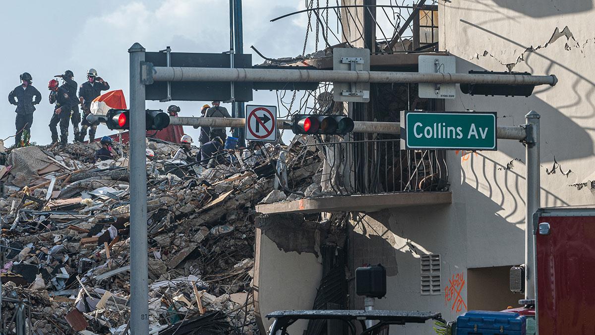 La búsqueda se realiza sin descanso día y noche, con dos grandes grúas para retirar los escombros. Foto: AFP