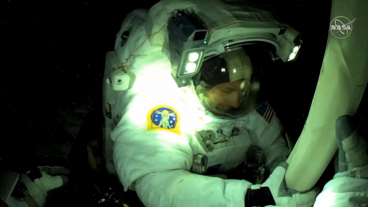 Astronautas cambian paneles solares de la Estación Espacial Internacional