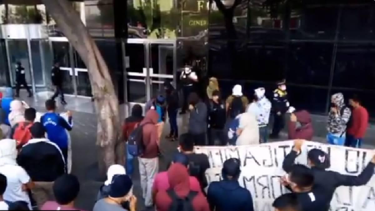 CDMX: Estudiantes realizan pintas en la FGR en alcaldía Cuauhtémoc
