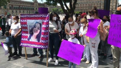 Familiares de Fer y Polly hacen cadena de oración en el Zócalo