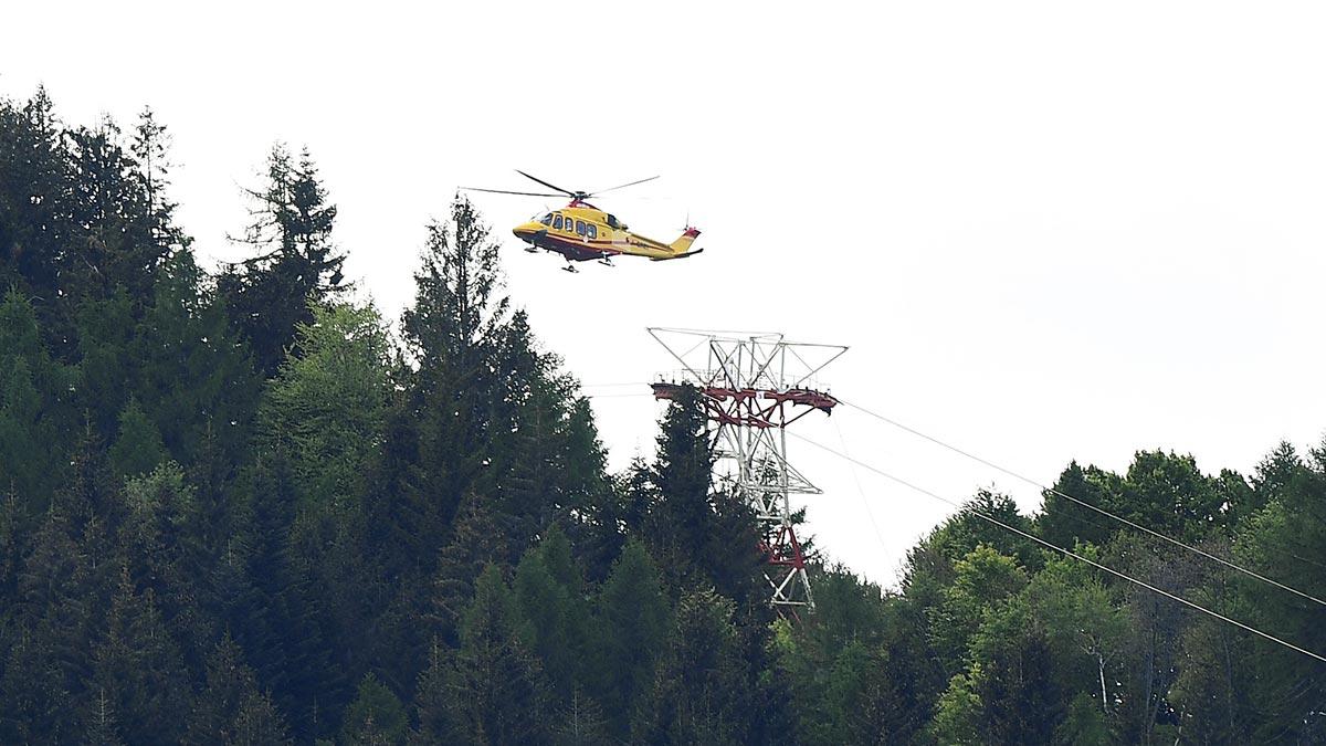 Youtuber ata con cinta a hombre debajo de helicóptero y da un paseo