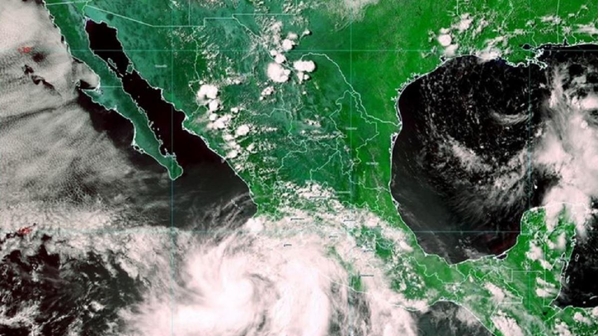 Huracán Enrique disminuye su velocidad frente a costas mexicanas
