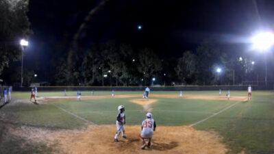 Meteoro ilumina el cielo durante partido de beisbol; ve video