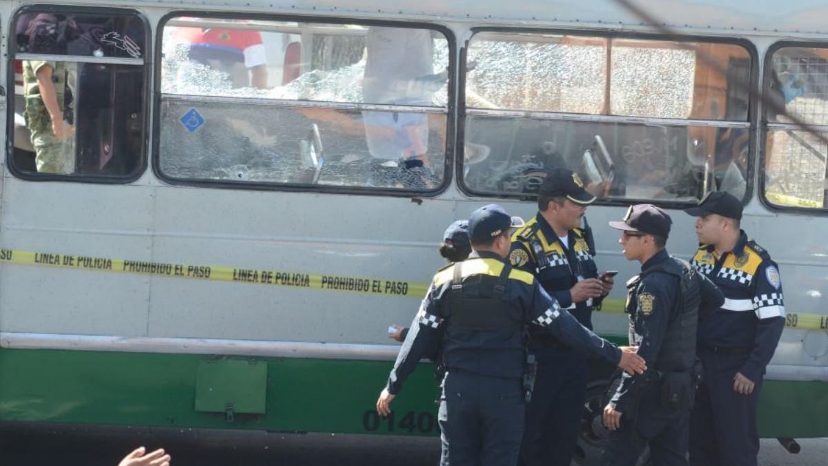Microbús cae a barranco en alcaldía Cuajimalpa