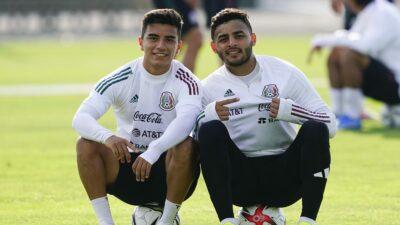 Fernando Beltrán y Alexis Vega en un entrenamiento con la selección mexicana