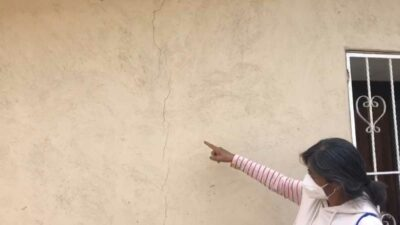 Socavón en Puebla causa grietas en casas