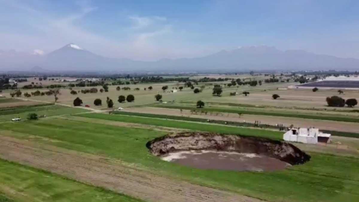 En Puebla, enorme socavón casi llega a 100 metros de diámetro