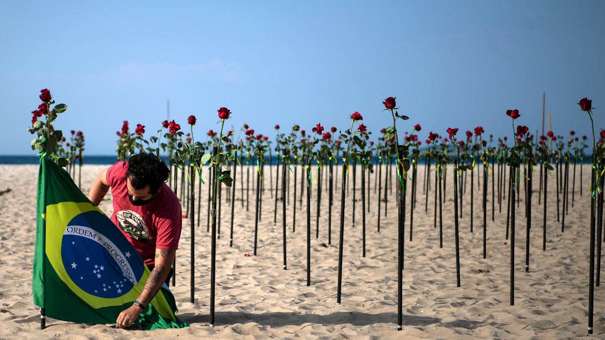 Rosas rojas en Copacapana en memoria de las más de 500 mil muertes por COVID en Brasil