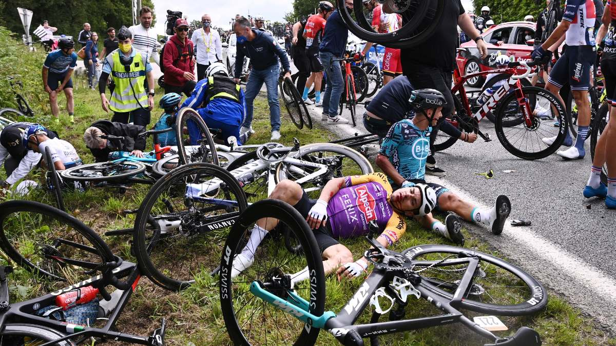Tour de Francia 2021: mujer provoca caída masiva de ciclistas - Uno TV