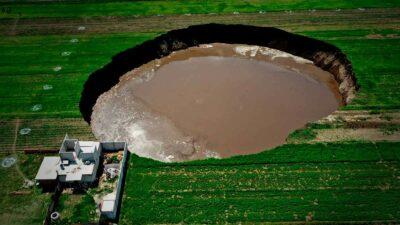 Socavón en Puebla presenta enorme grieta; sigue creciendo por lluvias