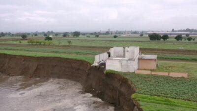 Socavón en Santa María Zacatepec, Puebla, derrumba barda de casa