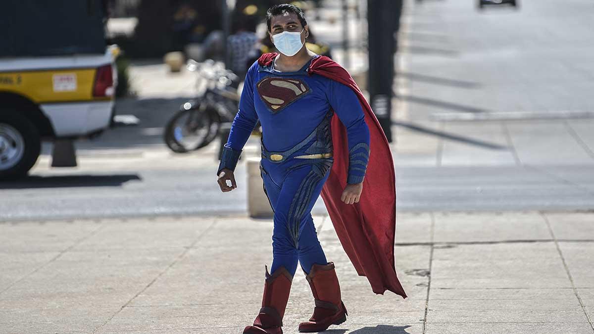 Comediante disfrazado de Superman intenta detener un autobús y casi es atropellado
