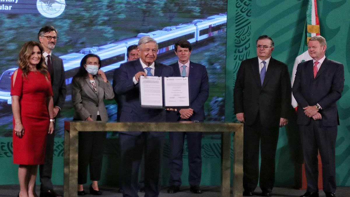 Tren Maya: AMLO firma contrato de adquisición de vagones