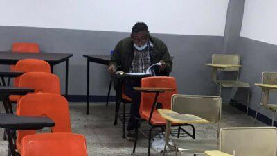 Guerrero: Difunden foto de adulto mayor haciendo examen para la UAGro