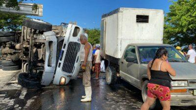 Veracruz: Camión con cerdos vuelca en Minatitlán; pobladores se los roban