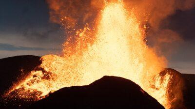 Islandia: dron se impacta en muro de lava de un volcán en erupción